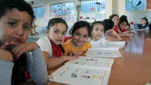 Dans la bibliothèque de Tebnine, les plus jeunes découvrent l'anglais tandis que leurs aînés font du rattrapage scolaire pour pouvoir intégrer les écoles libanaises. © Samuel Nohra